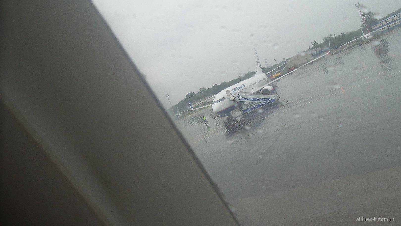Боинг 737-800 ОренЭйр и Ан-26 на заднем плане.