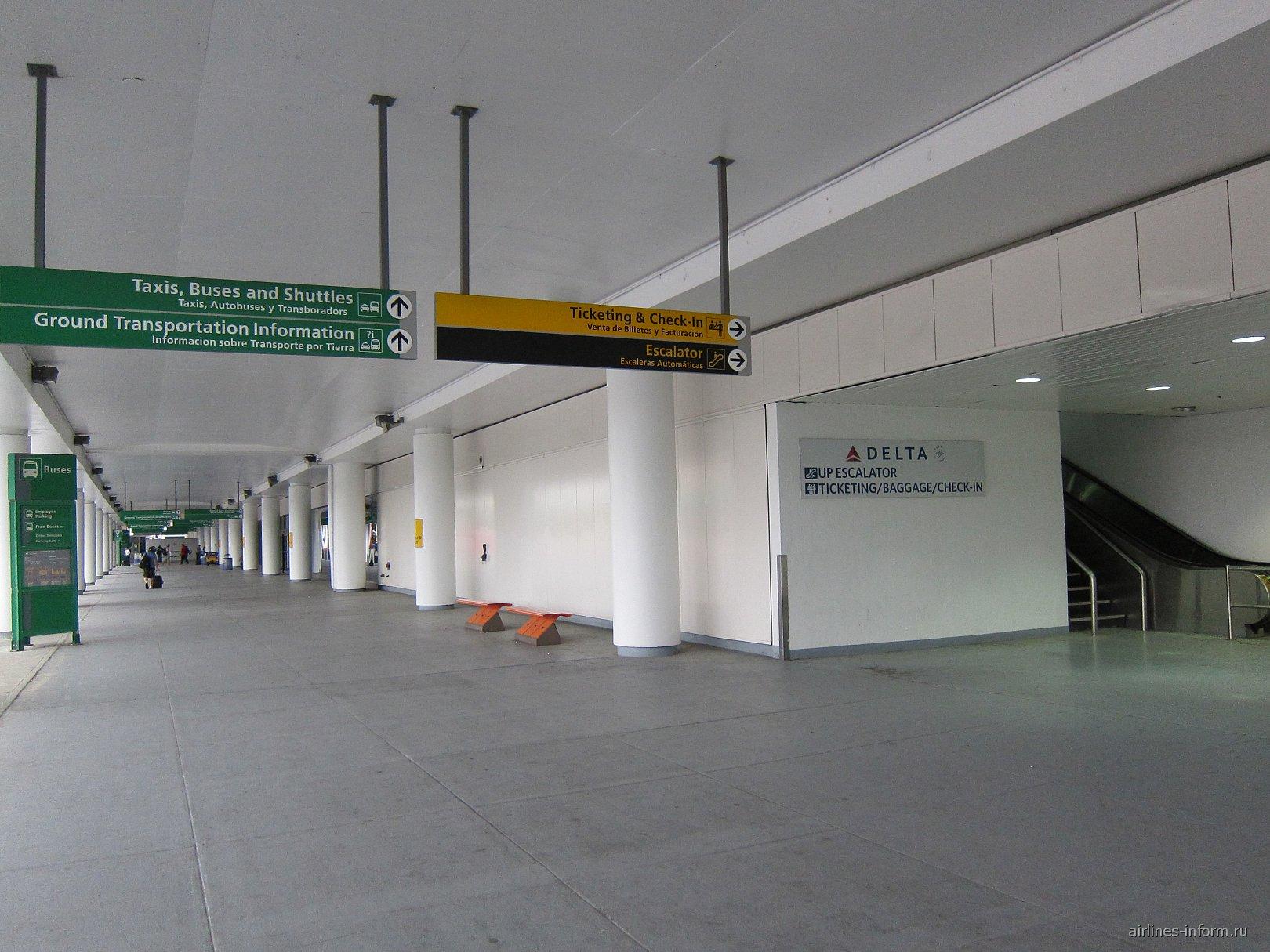 Первый этаж терминала D аэропорта Нью-Йорк Ла-Гардия
