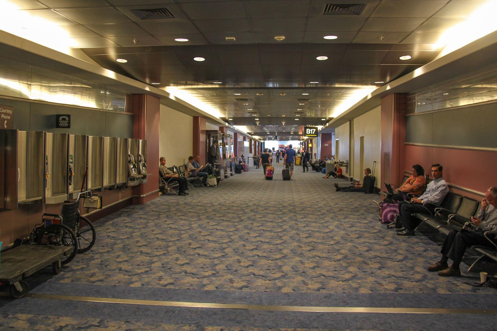 В чистой зоне Терминала 1 аэропорта Лас-Вегаса Мак-Каран