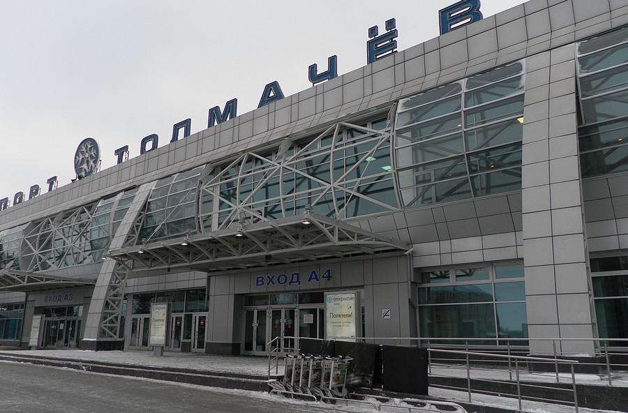 Вход в терминал внутренних авиалиний аэропорта Толмачево