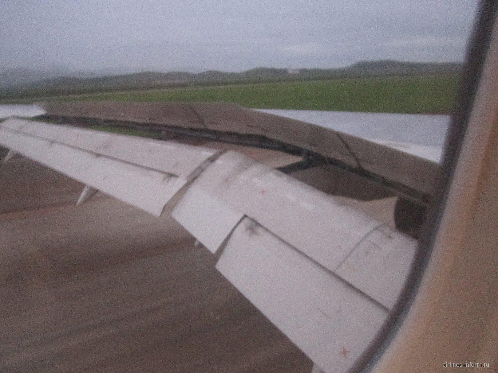 приземлились, пока шла рулежка стемнело, пошел дождь, самолет подошел прямо к терминалу, но снимать уже его и таможенный досмотр внутри не было никакой возможности