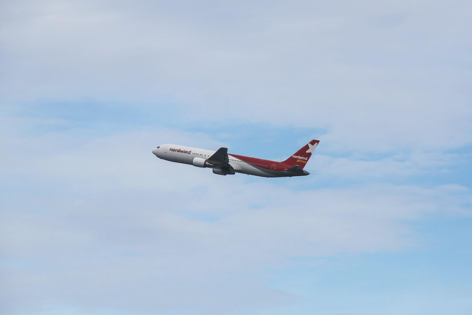 Боинг-767-300 авиакомпании Nordwind Airlines взлетает из аэропорта Пхукет