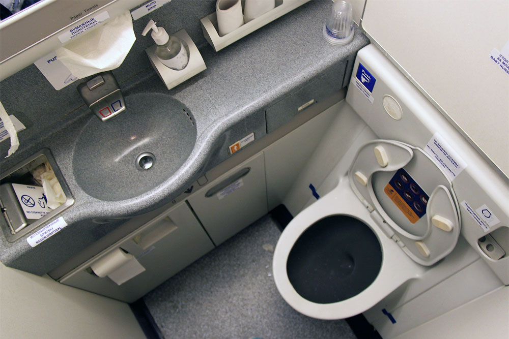 Restrooms of a Boeing 777-300 of Transaero