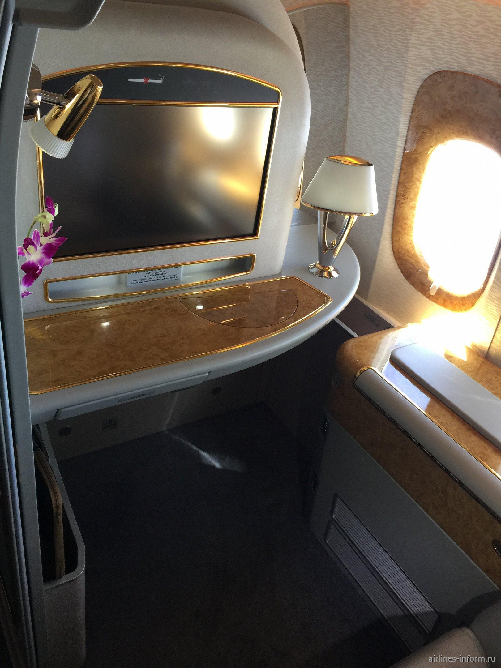 Место пассажира 1-го класса в Боинге-777-300 авиакомпании Emirates