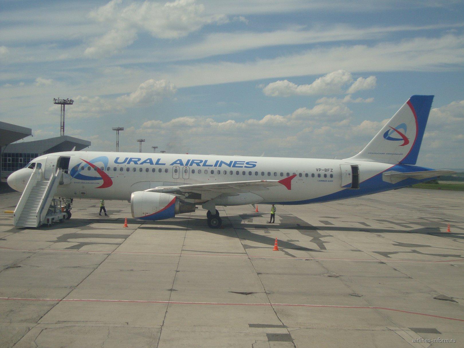 Airbus A320 VP-BFZ Уральских авиалиний в аэропорту Минеральные Воды