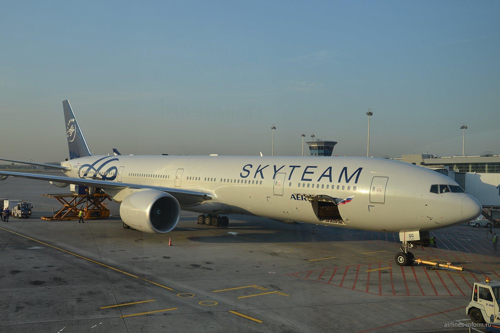 """Боинг-777-300 Аэрофлота в ливрее альянса """"Sky Team"""" в аэропорту Шереметьево"""