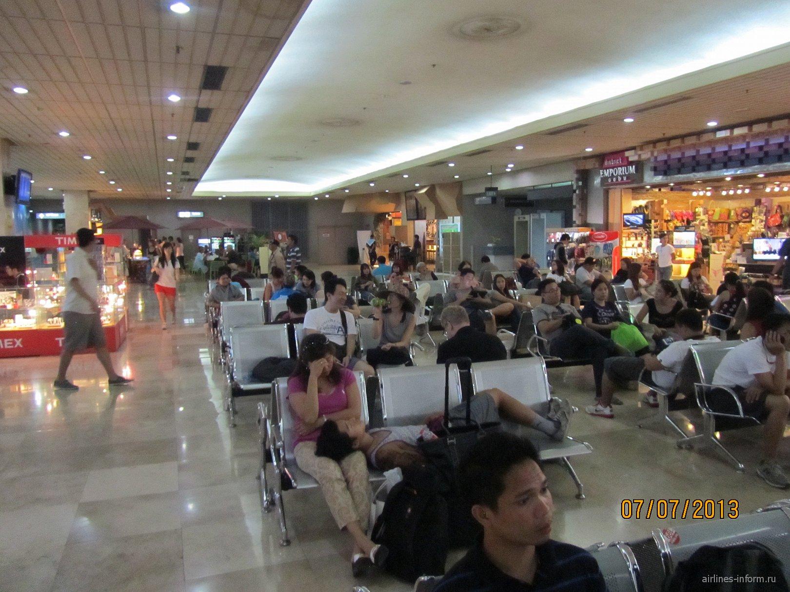 Зал ожидания в аэропорту Мактан Себу