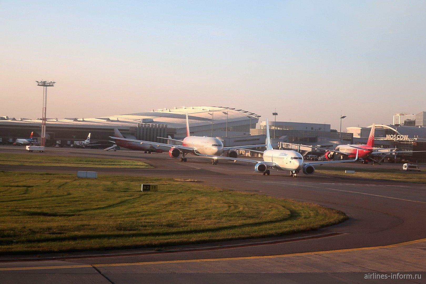 Самолеты в очереди на взлет в аэропорту Внуково