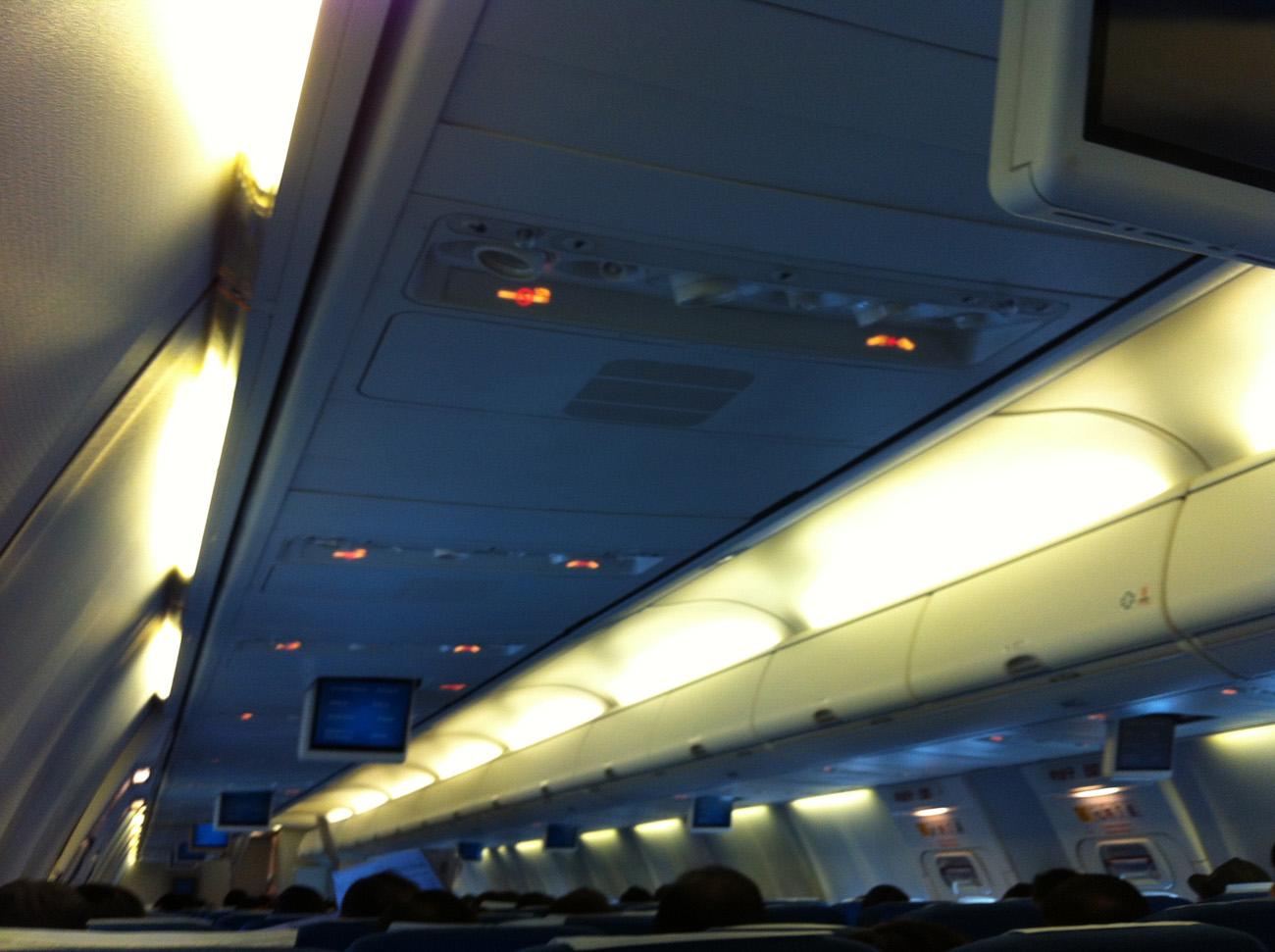 Салон самолета Боинг-737-900 авиакомпании Korean Air