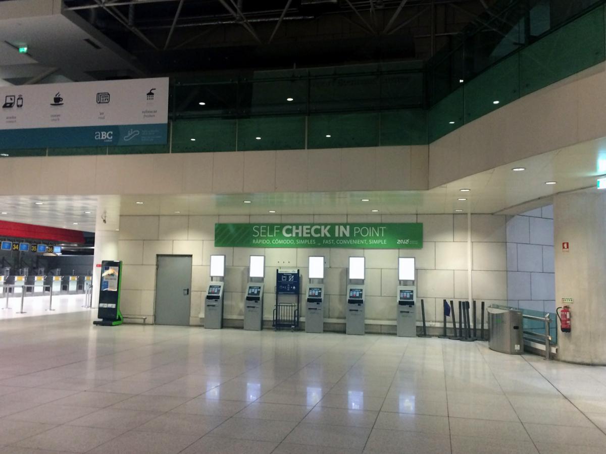 Киоски саморегистрации в терминале 1 аэропорта Лиссабон Портела