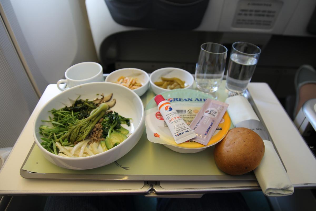 """Завтрак """"бибимпап"""" в бизнес-классе Korean Air на рейсе Токио-Сеул"""