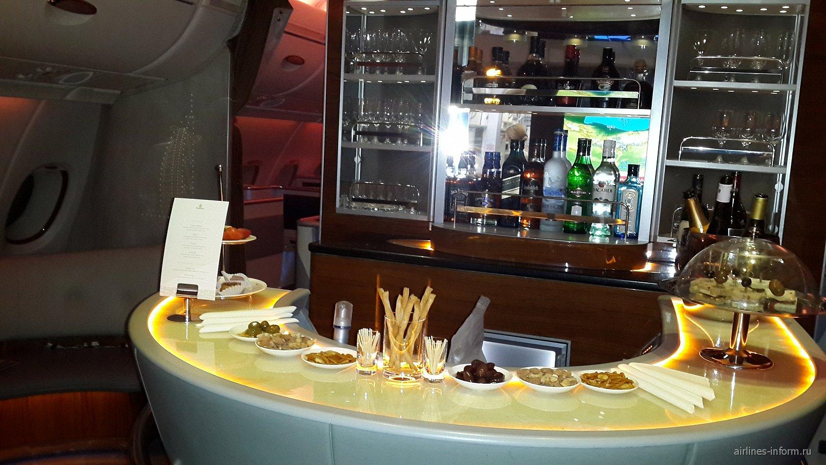 Бар для пассажиров бизнес и первого классов в самолете Airbus A380 авиакомпании Emirates