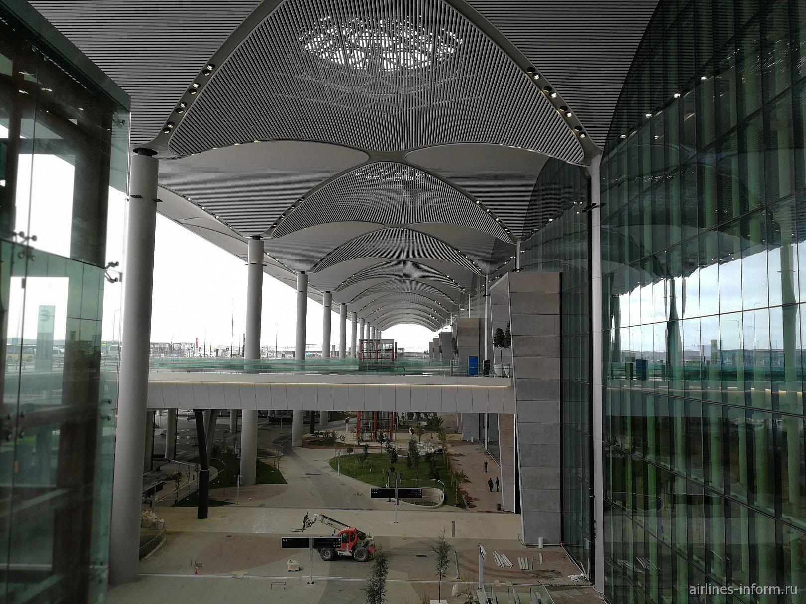 У входа в пассажирский терминал нового аэропорта Стамбула