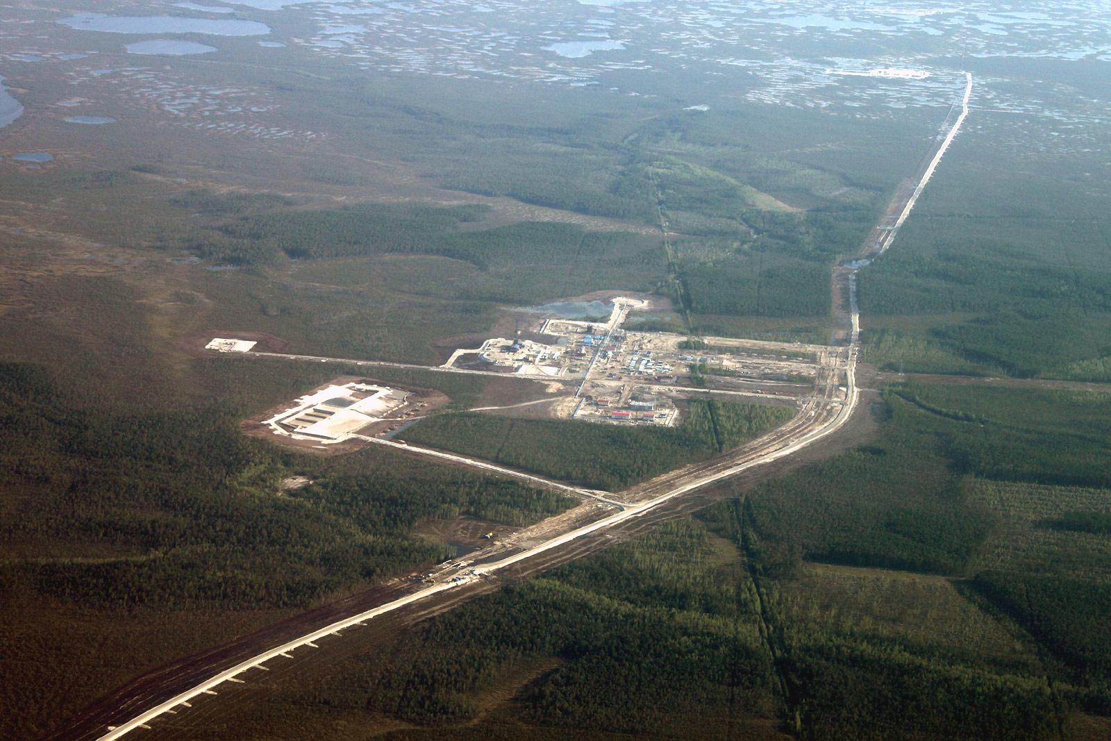 Нефтяные разработки над Западной Сибирью