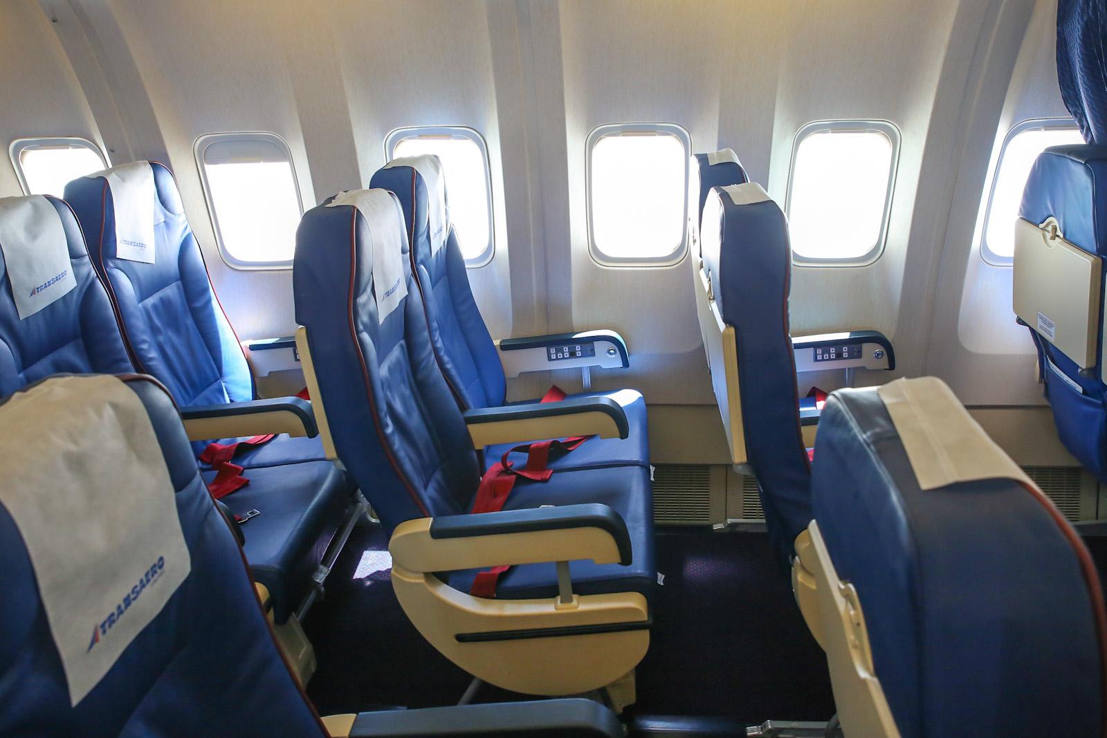 """Пассажирский салон эконом--класса в самолете Боинг-767-300 авиакомпании """"Трансаэро"""""""