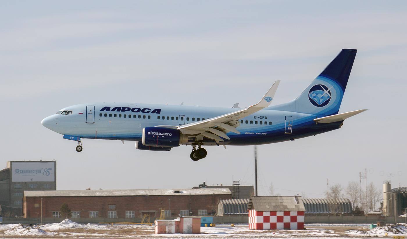 """Самолет Boeing 737-700 EI-GFR авиакомпании """"Алроса"""" садится в аэропорту Иркутск"""