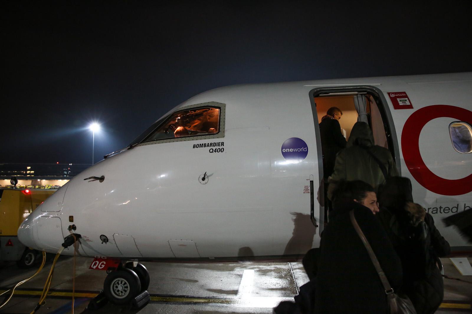 Посадка в самолет авиакомпании LGW, выполняющий полет по программе airberlin