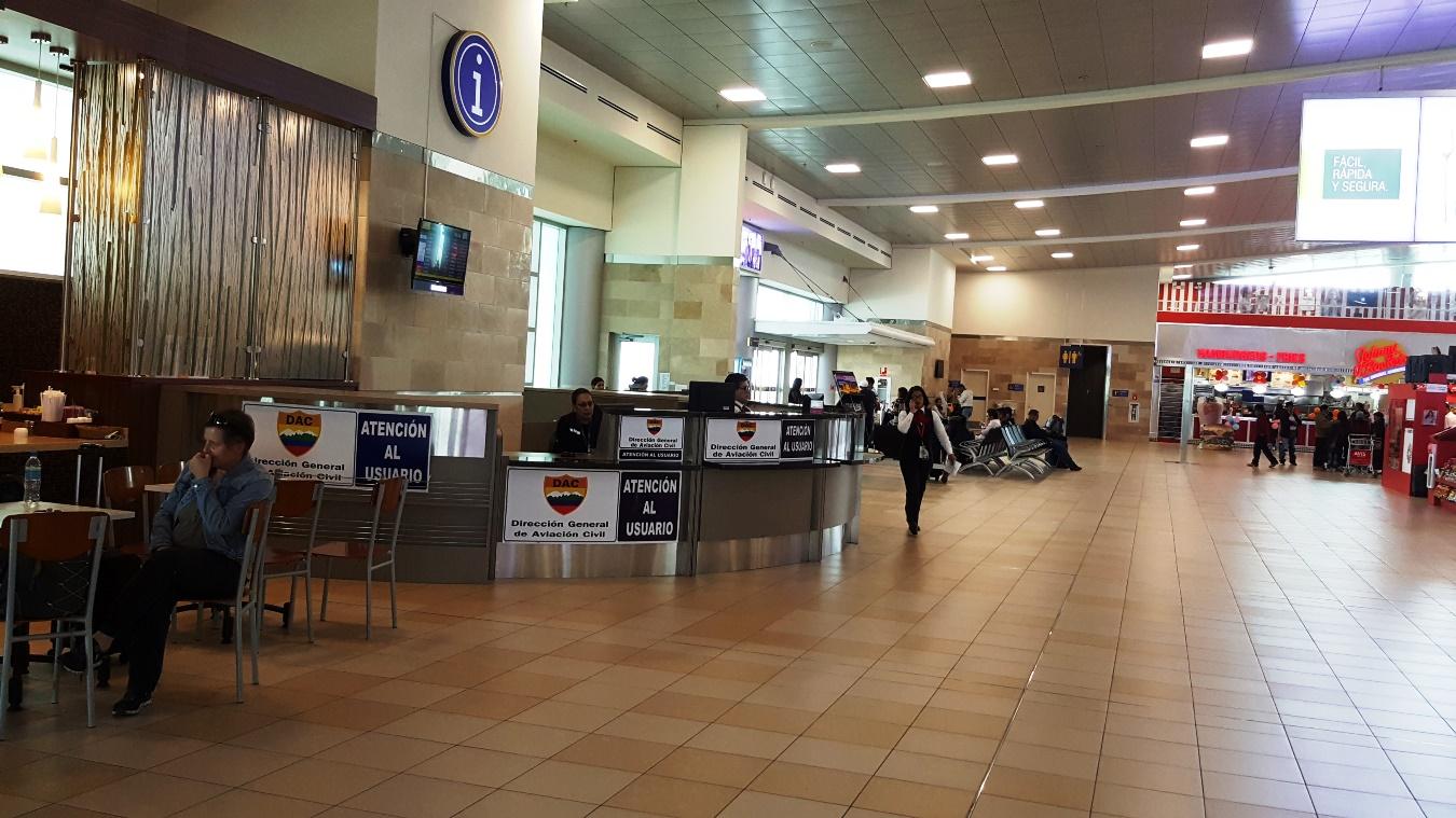 Информационная стойка в аэропорту Кито Марискаль Сукре