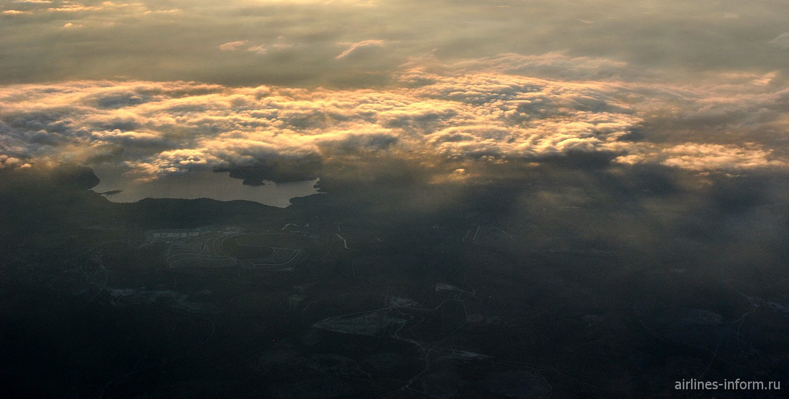 Золотистые облака в закате над Мексикой