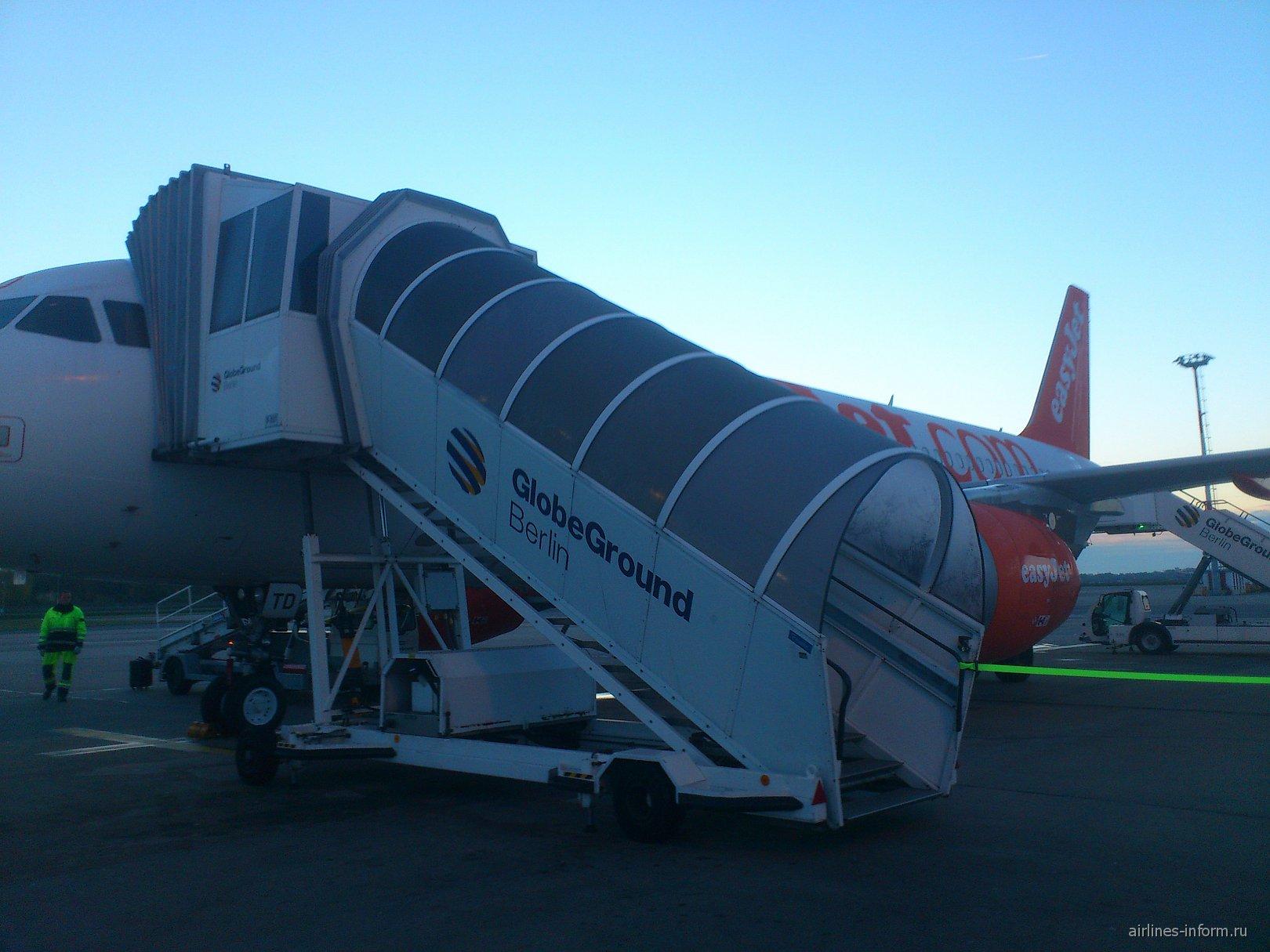 Посадка на рейс Берлин-Париж авиакомпании ИзиДжет