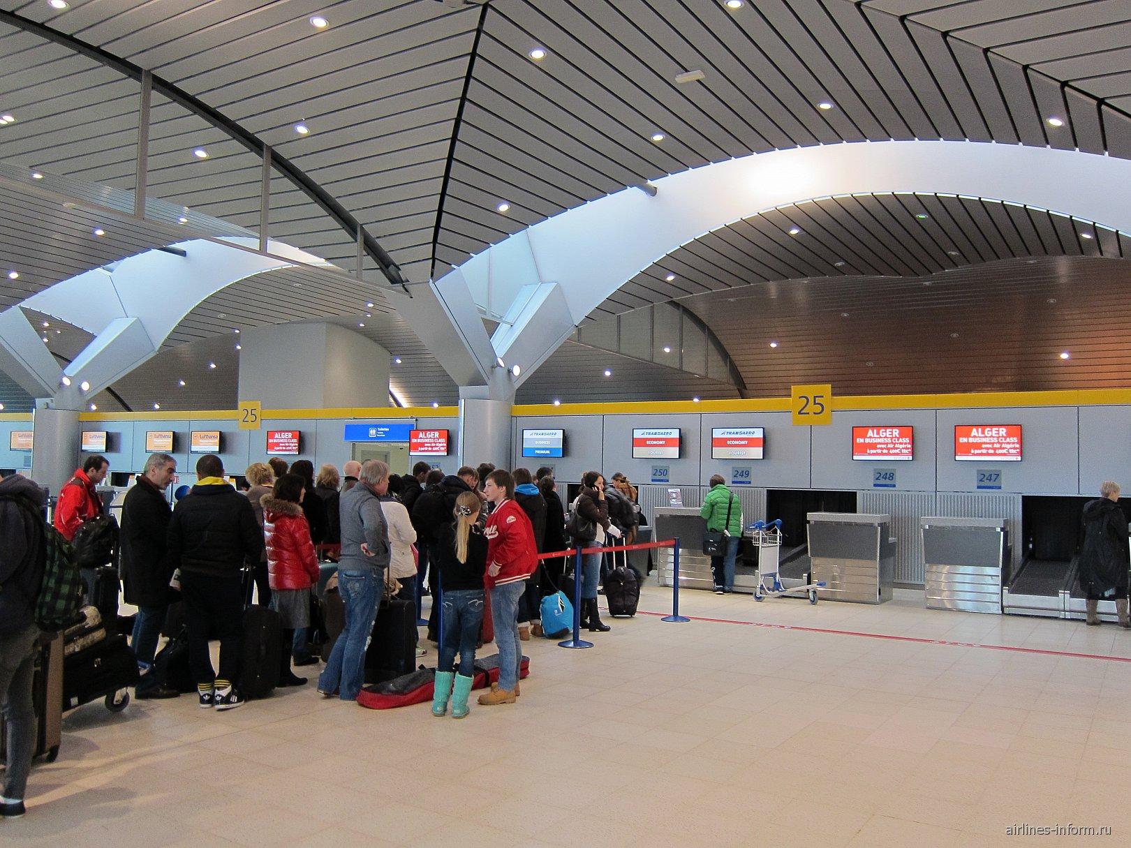 Стойки регистрации в терминале 2 аэропорта Лион Сент-Экзюпери