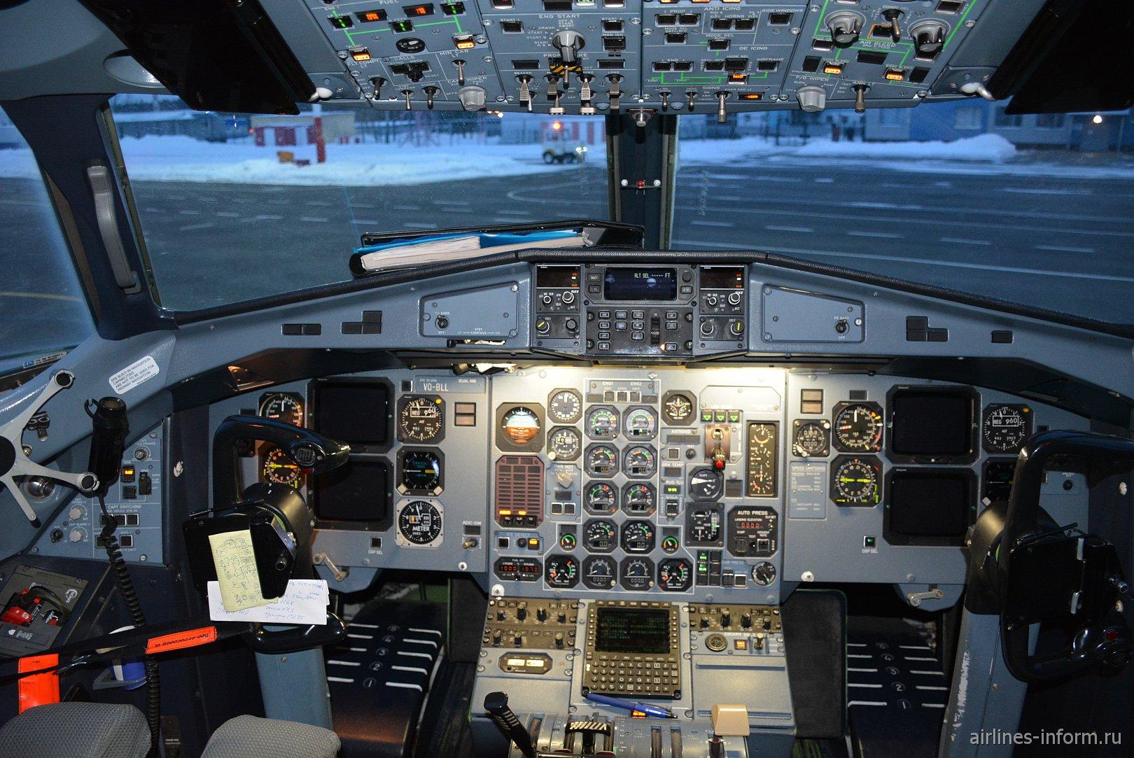 Пилотская кабина самолета ATR 72 авиакомпании Utair