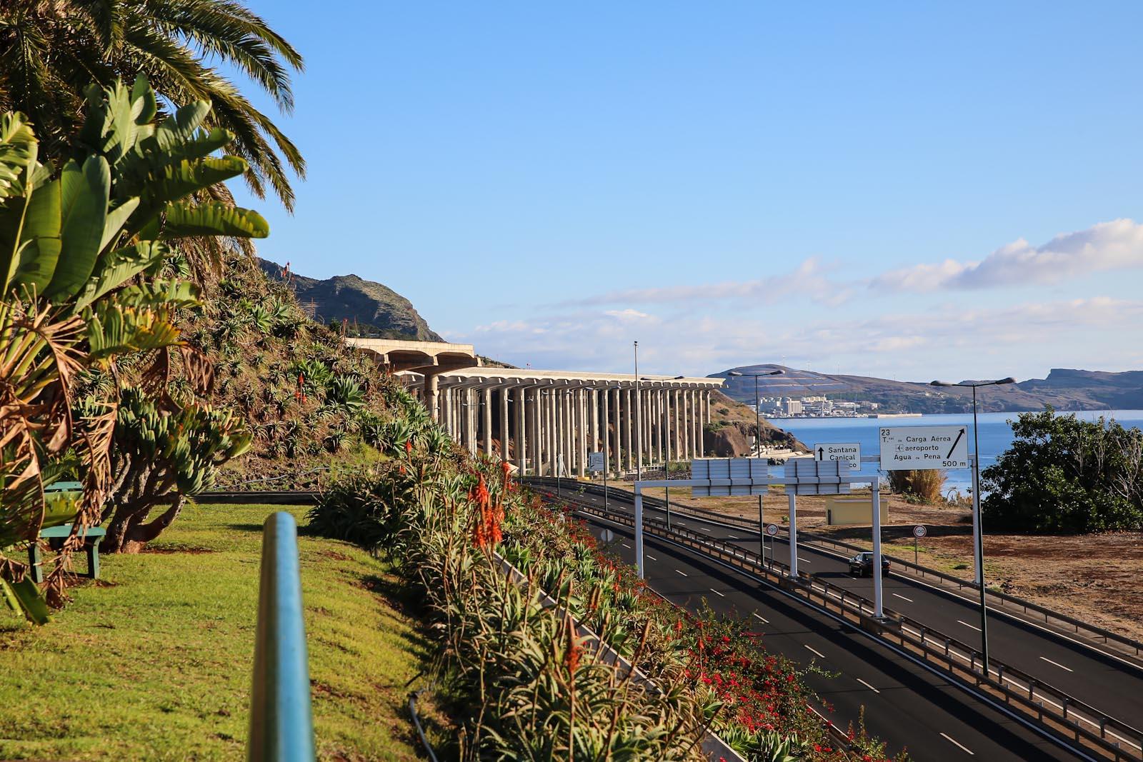 Взлетная полоса на сваях в аэропорту Фуншал на острове Мадейра