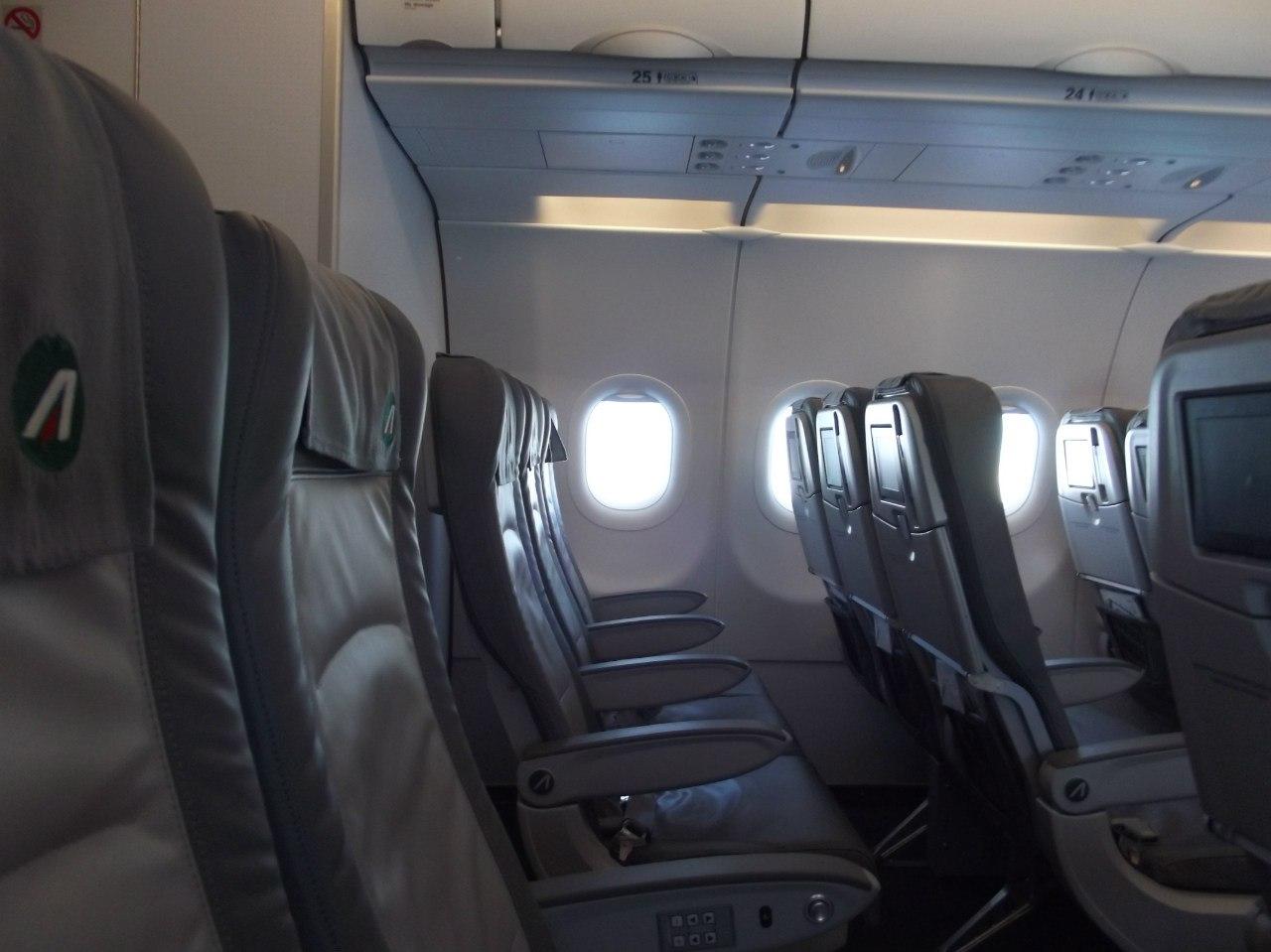 Кресла в самолете Airbus A319 авиакомпании Alitalia