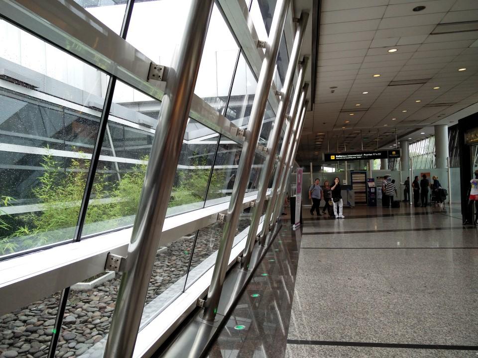 Окна в аэропорту Буэнос-Айрес Хорхе Ньюбери