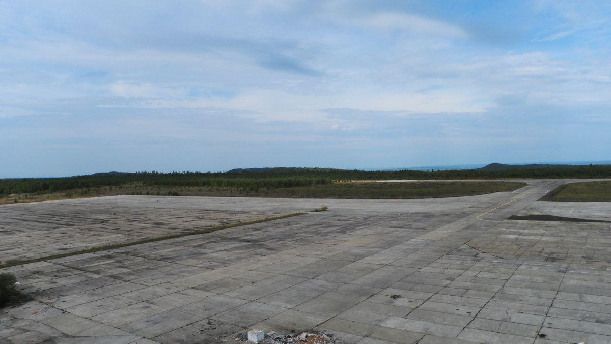 Пустующий перрон аэропорта Усть-Илимск