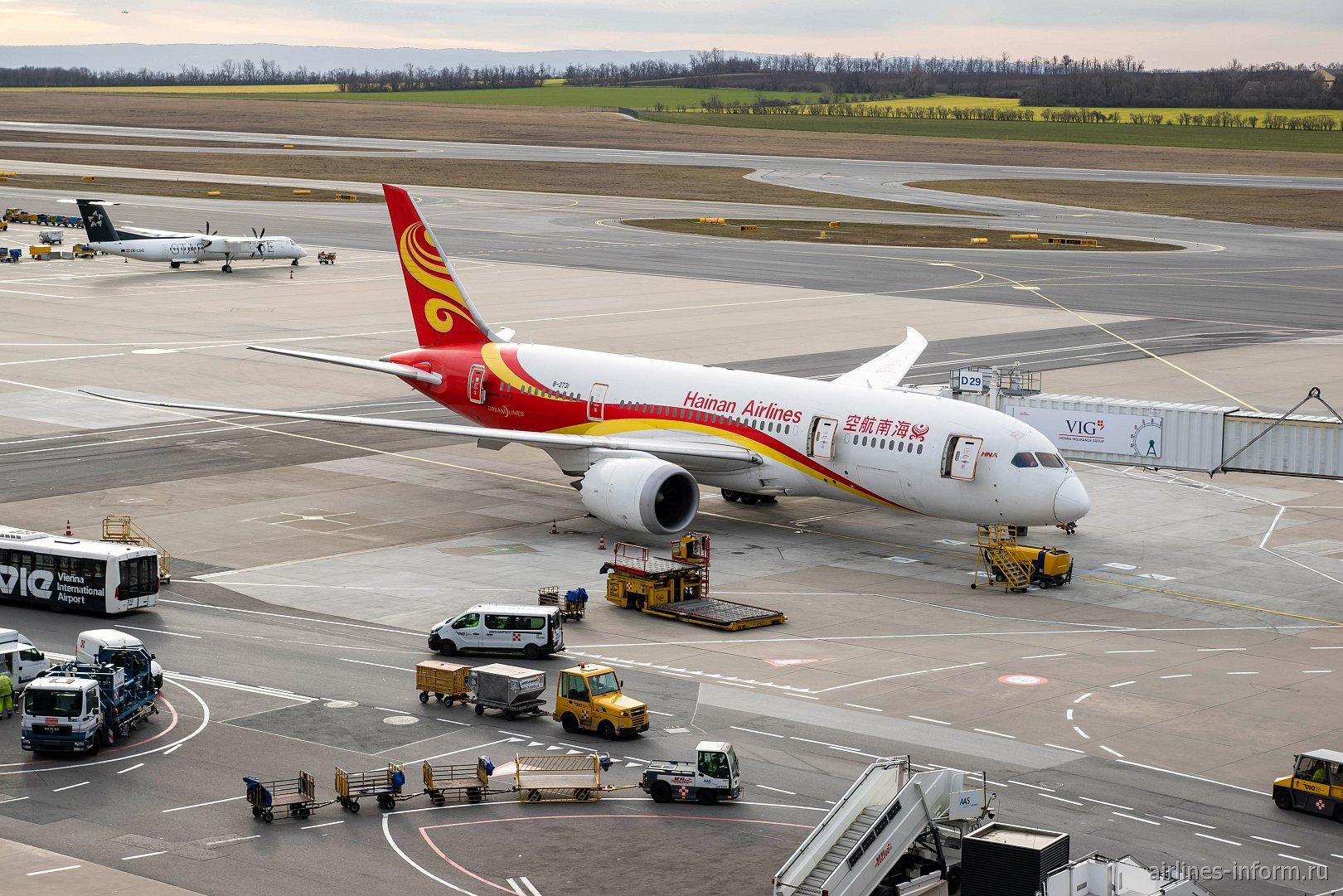 Самолет Боинг-787-8 Хайнаньских авиалиний в аэропорту Вены