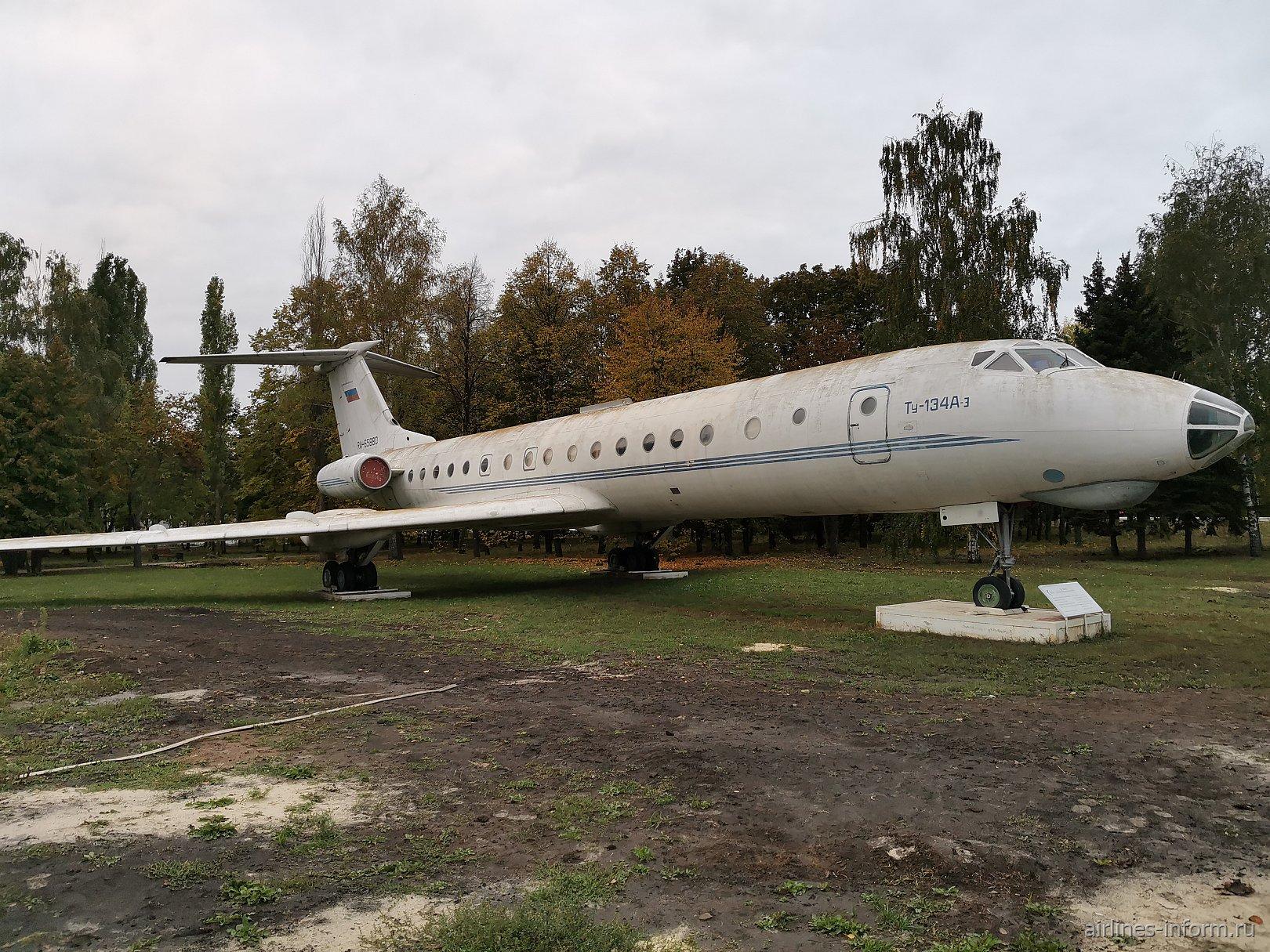 Самолет-памятник Ту-134А-3 (борт RA-65880) в аэропорту Воронеж Чертовицкое