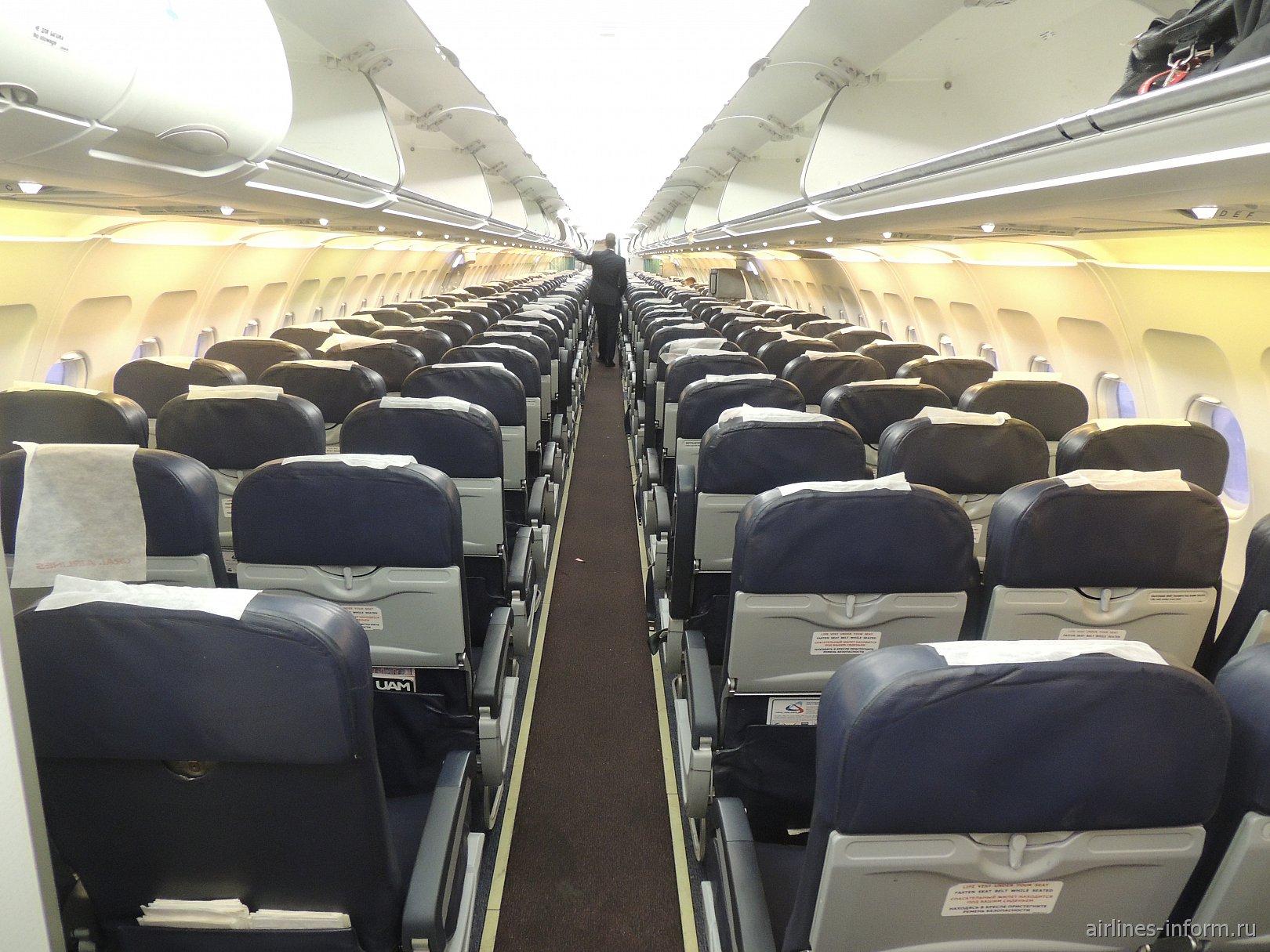 Пассажирский салон самолета Airbus A321 Уральских авиалиний