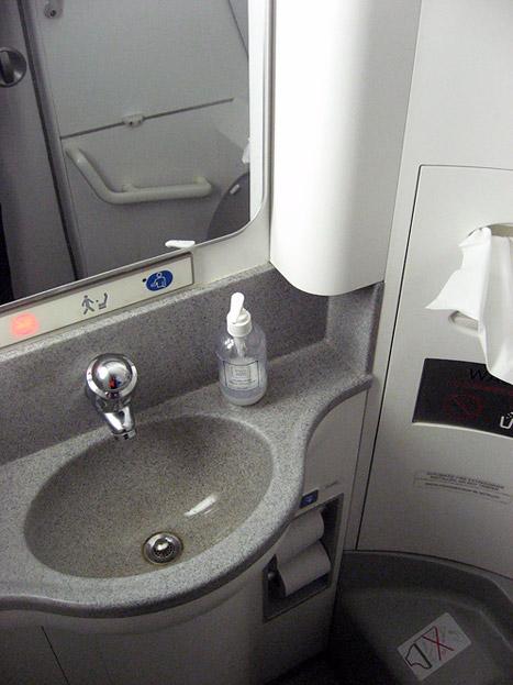 Туалет самолета Эмбраер-190 авиакомпании КЛМ Ситихоппер