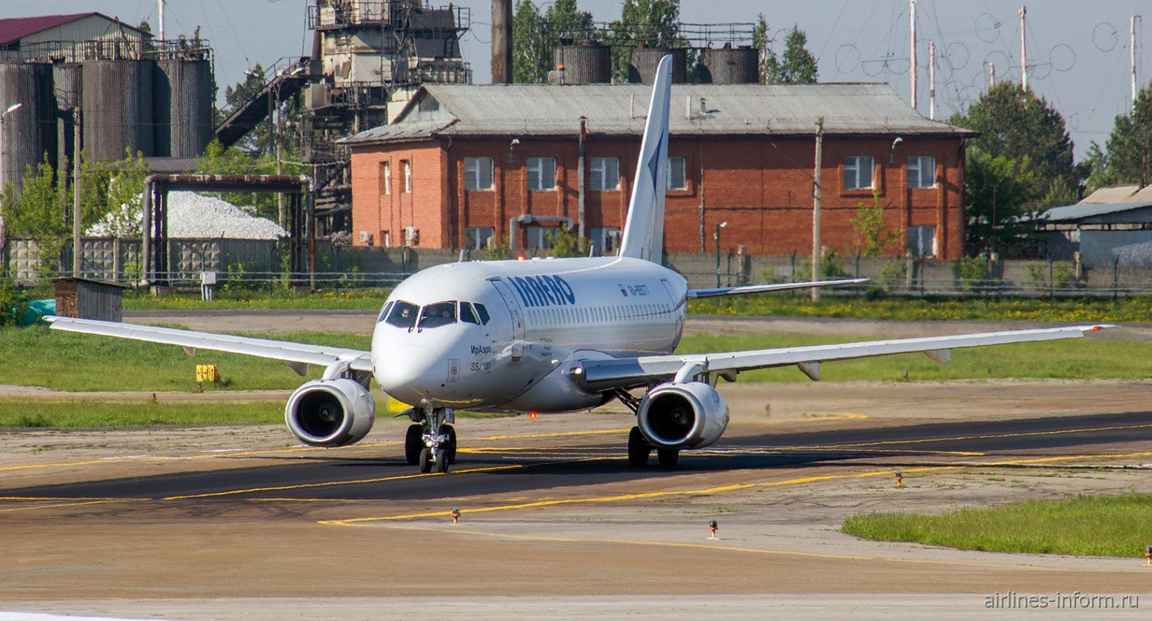 """Самолет Суперджет-100 авиакомпании """"ИрАэро"""" в аэропорту Иркутска"""