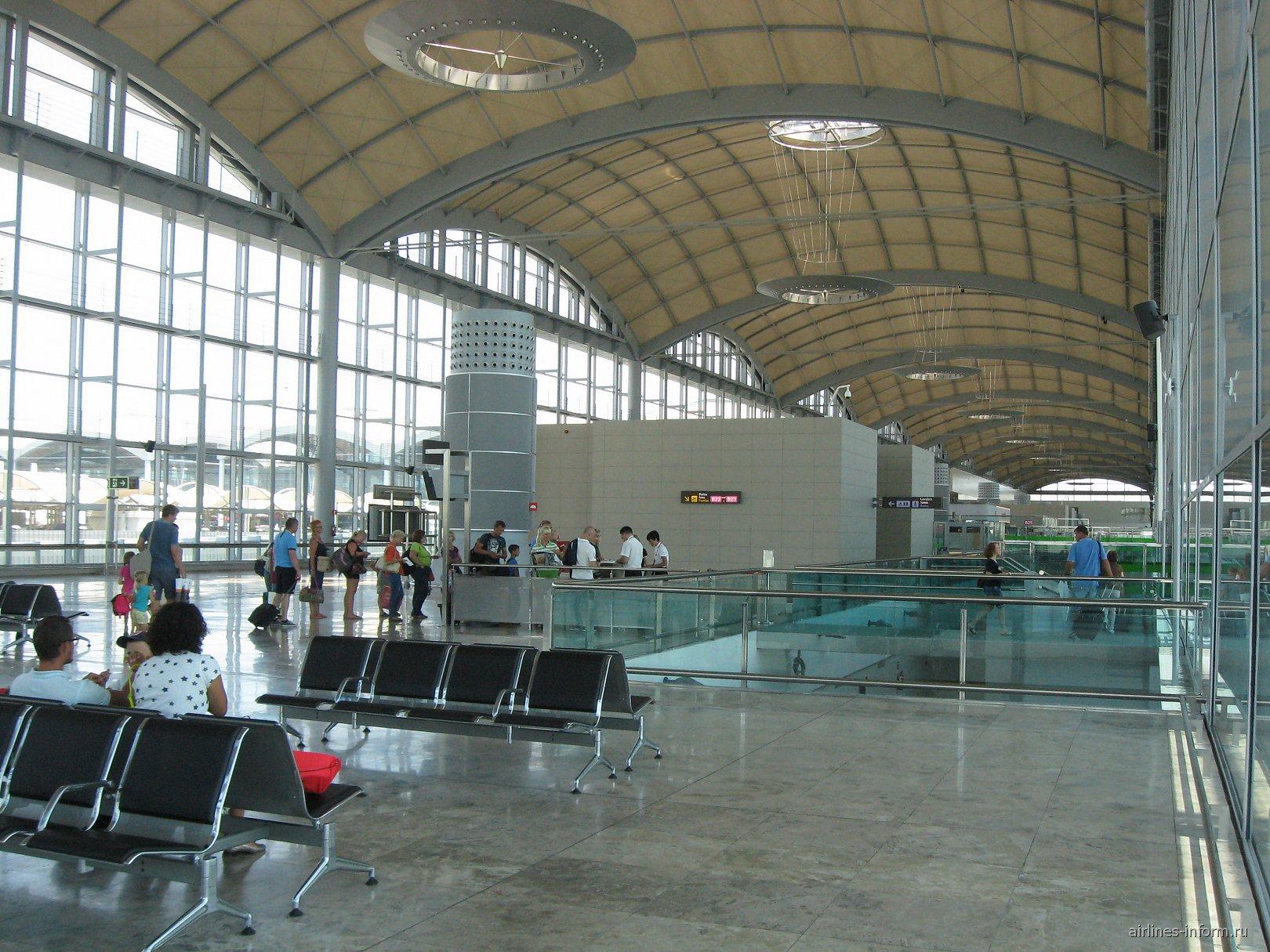 Зал ожидания и выход на посадку в аэропорту Аликанте