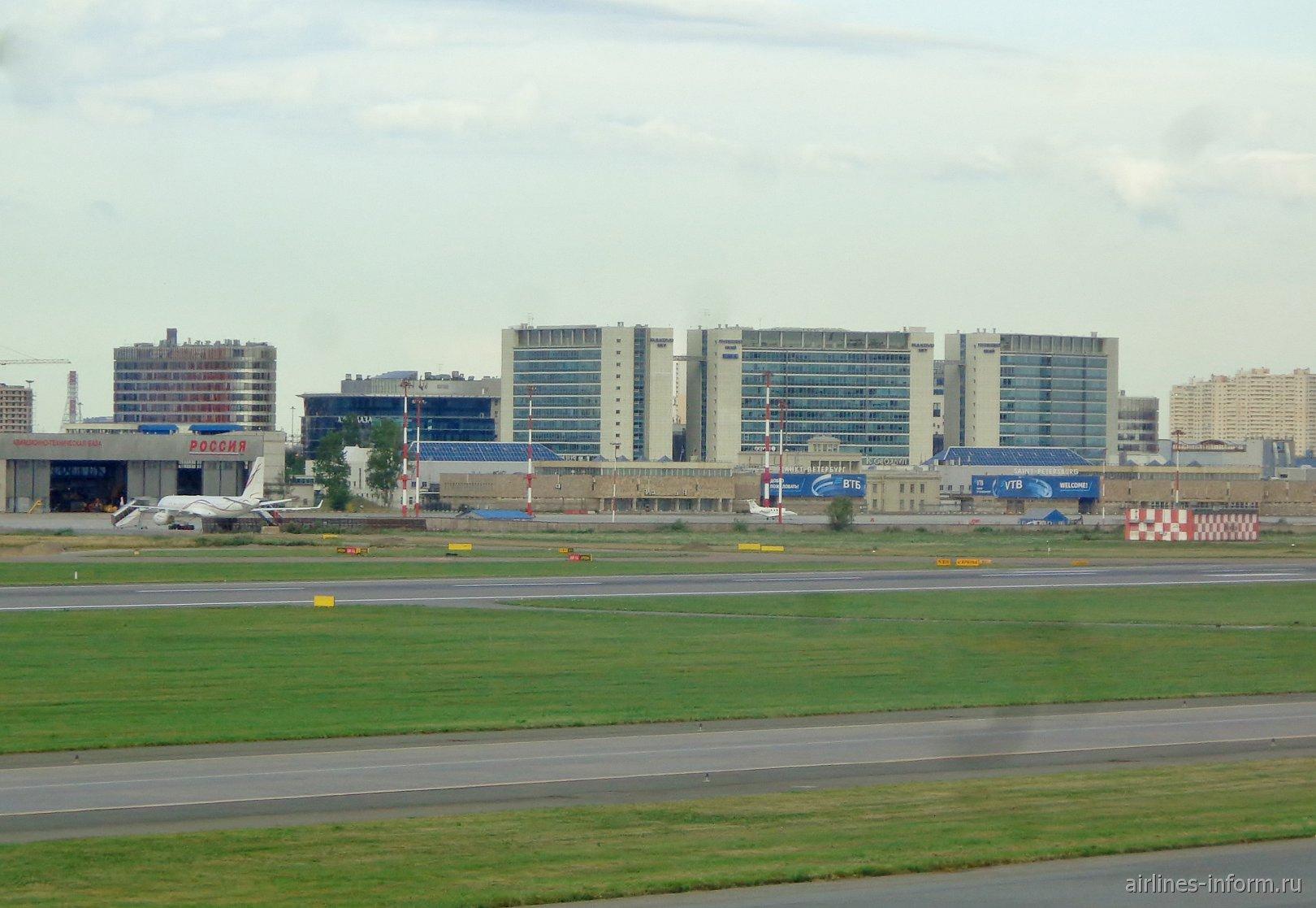 Вид с перрона на аэровокзал Пулково-2