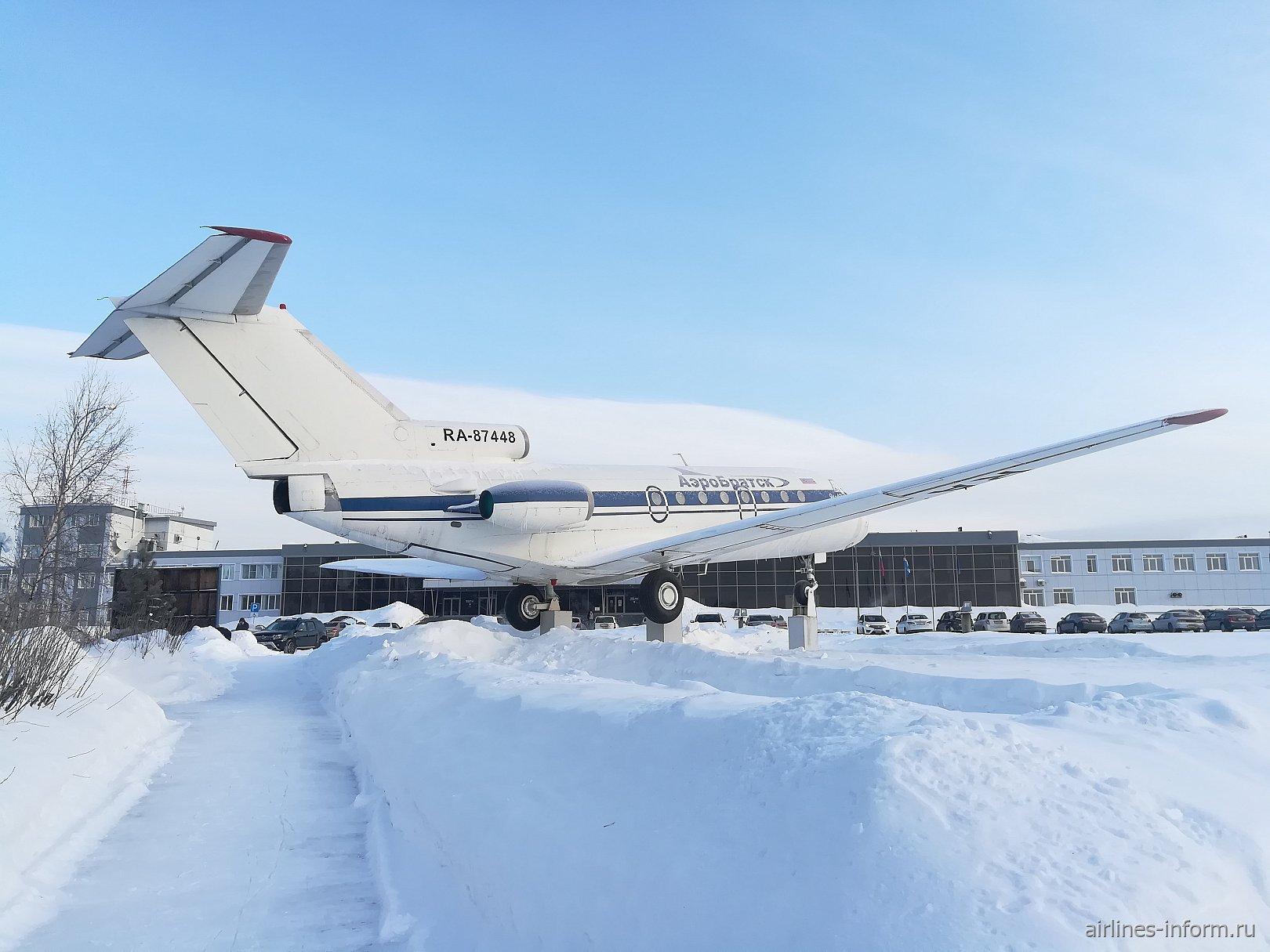 Самолет-памятник Як-40 в аэропорту Братск