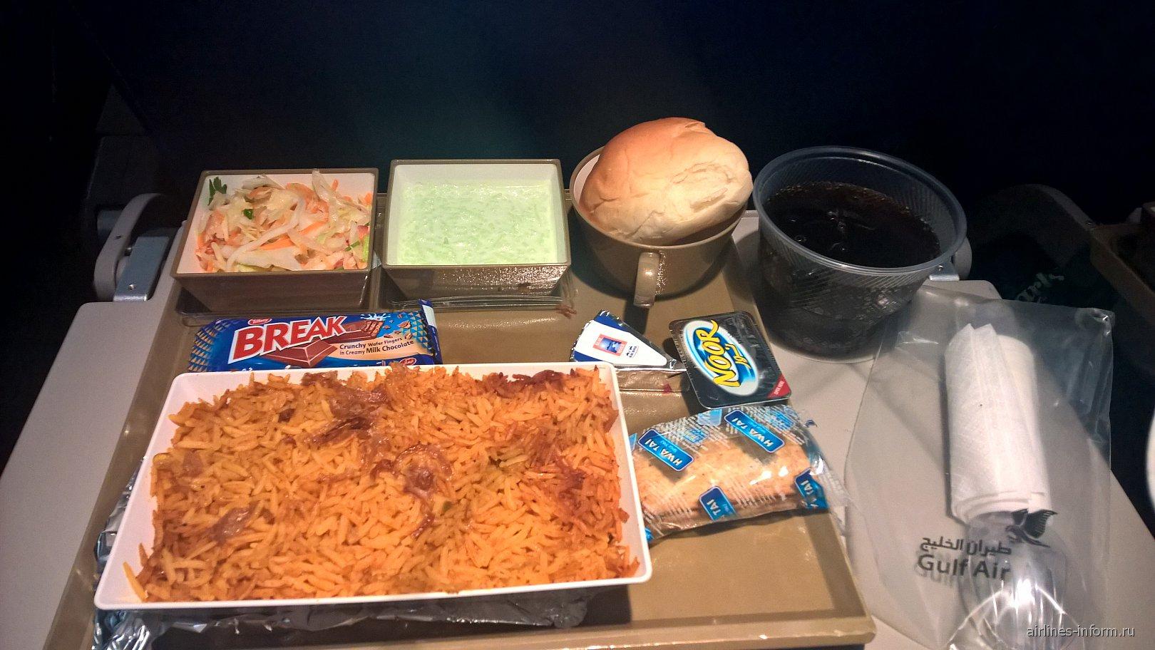 Горячее питание на рейсе Бахрейн-Бангкок авиакомпании Gulf Air