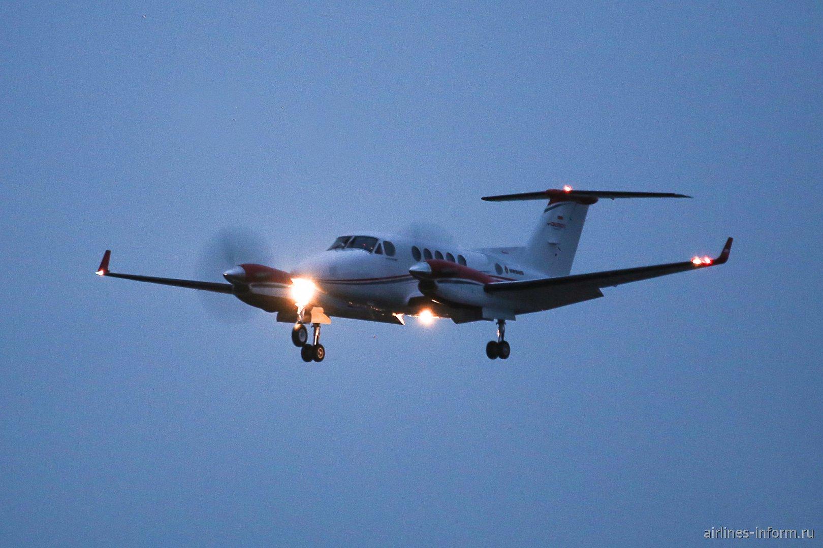 Самолет Beechcraft King Air заходит на посадку в Зальцбурге