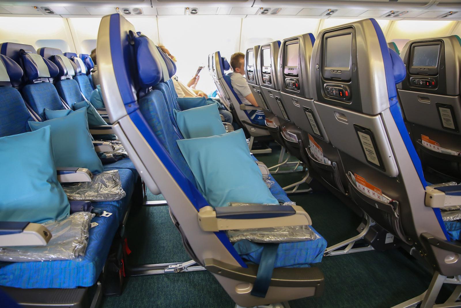 Пассажирские кресла экономического класса в самолете Airbus A340-300 авиакомпани Cathay Pacific