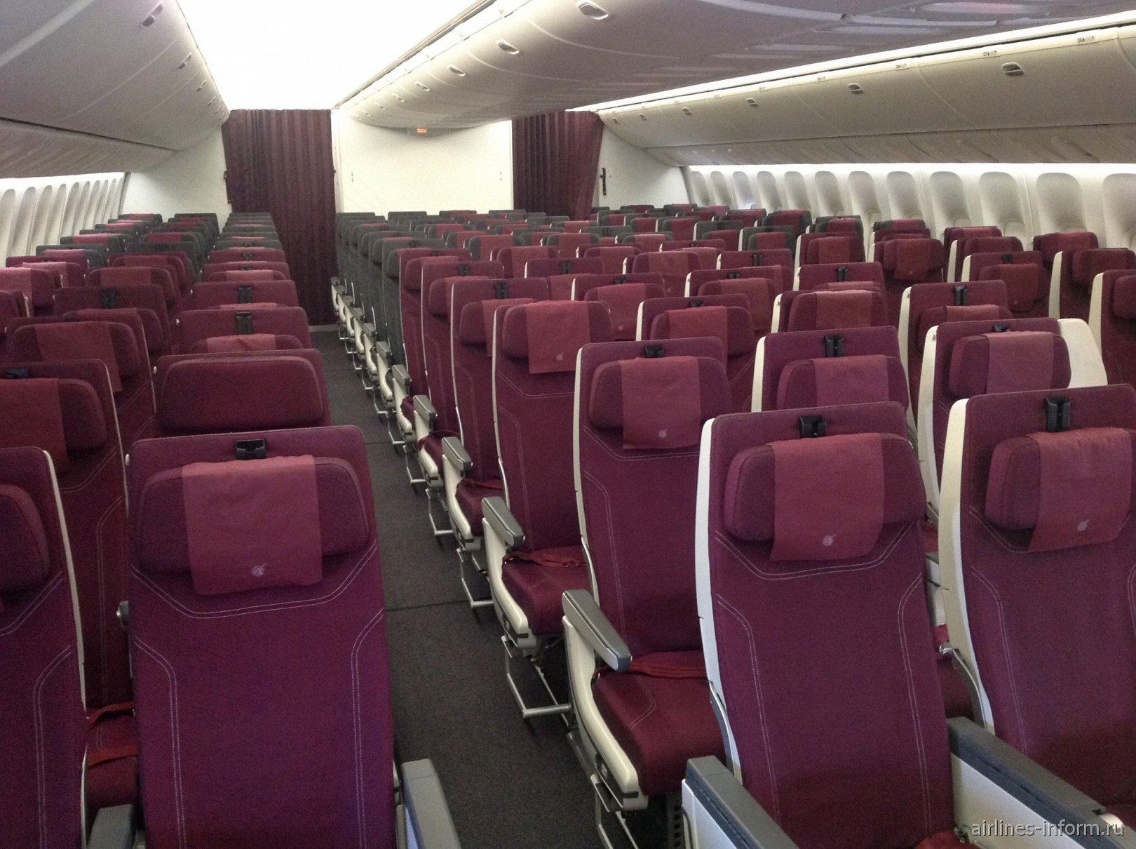 Пассажирский салон эконом-класса в самолете Boeing 777-300ER Катарских авиалиний