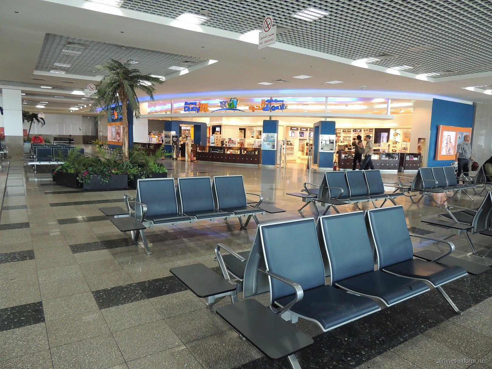 Зал ожидания и магазин дьюти-фри в чистой зоне терминала 2 аэропорта Хургада
