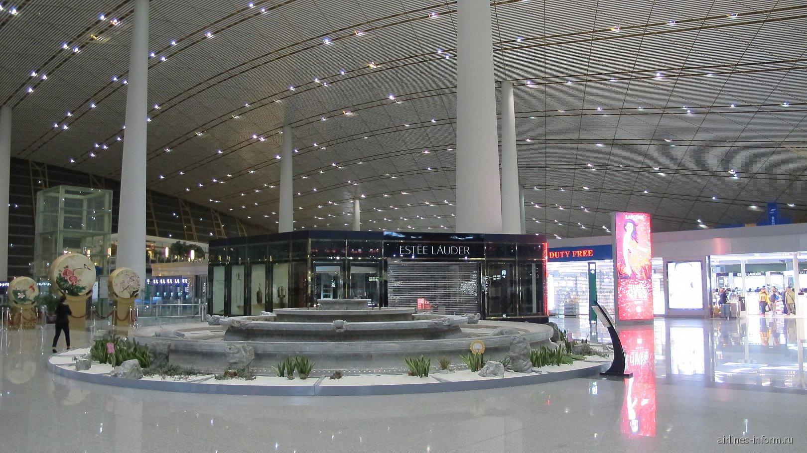 В чистой зоне терминала 3E аэропорта Пекин Столичный