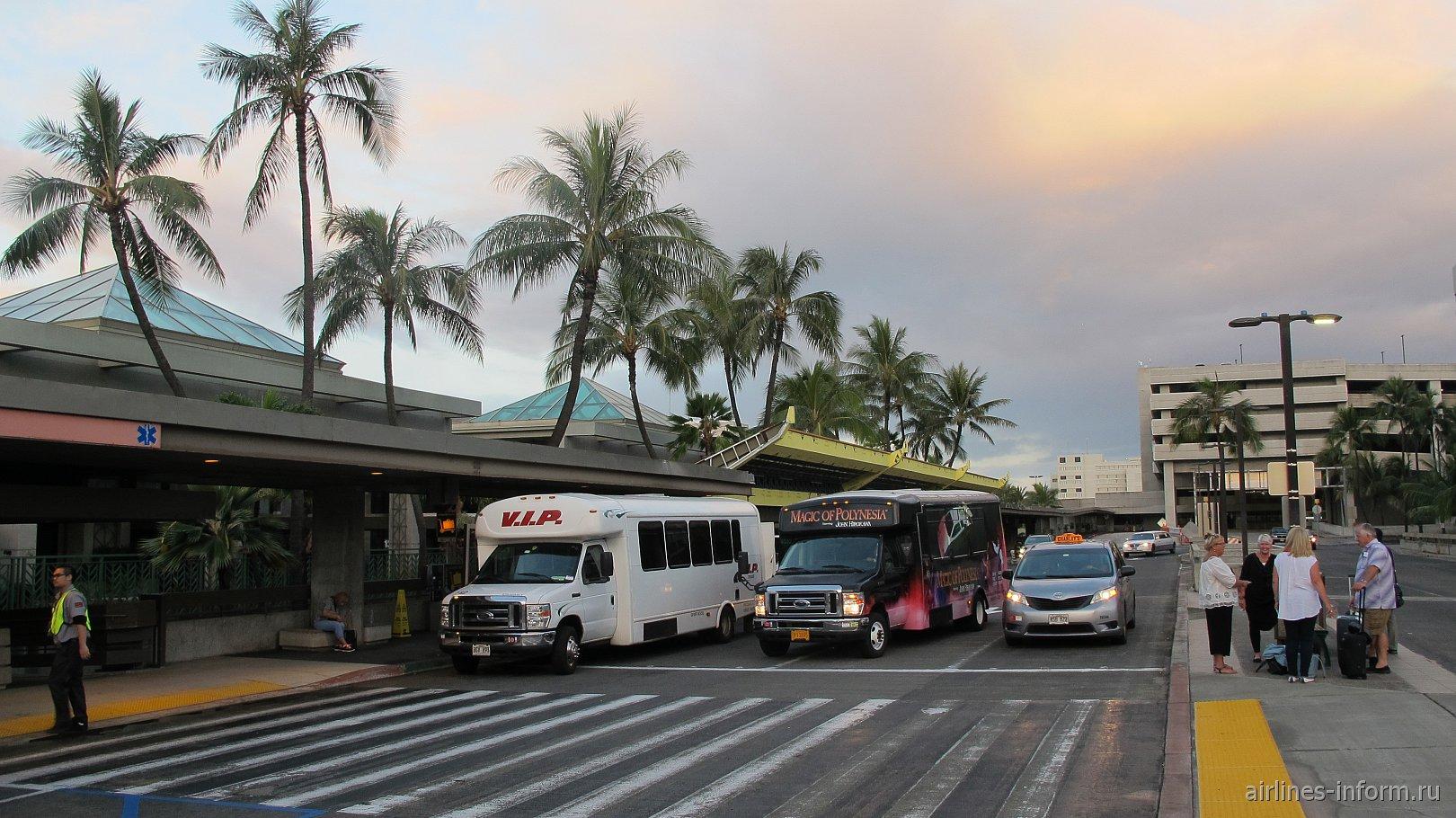 Подъезд к зоне регистрации на втором уровне аэропорта Гонолулу