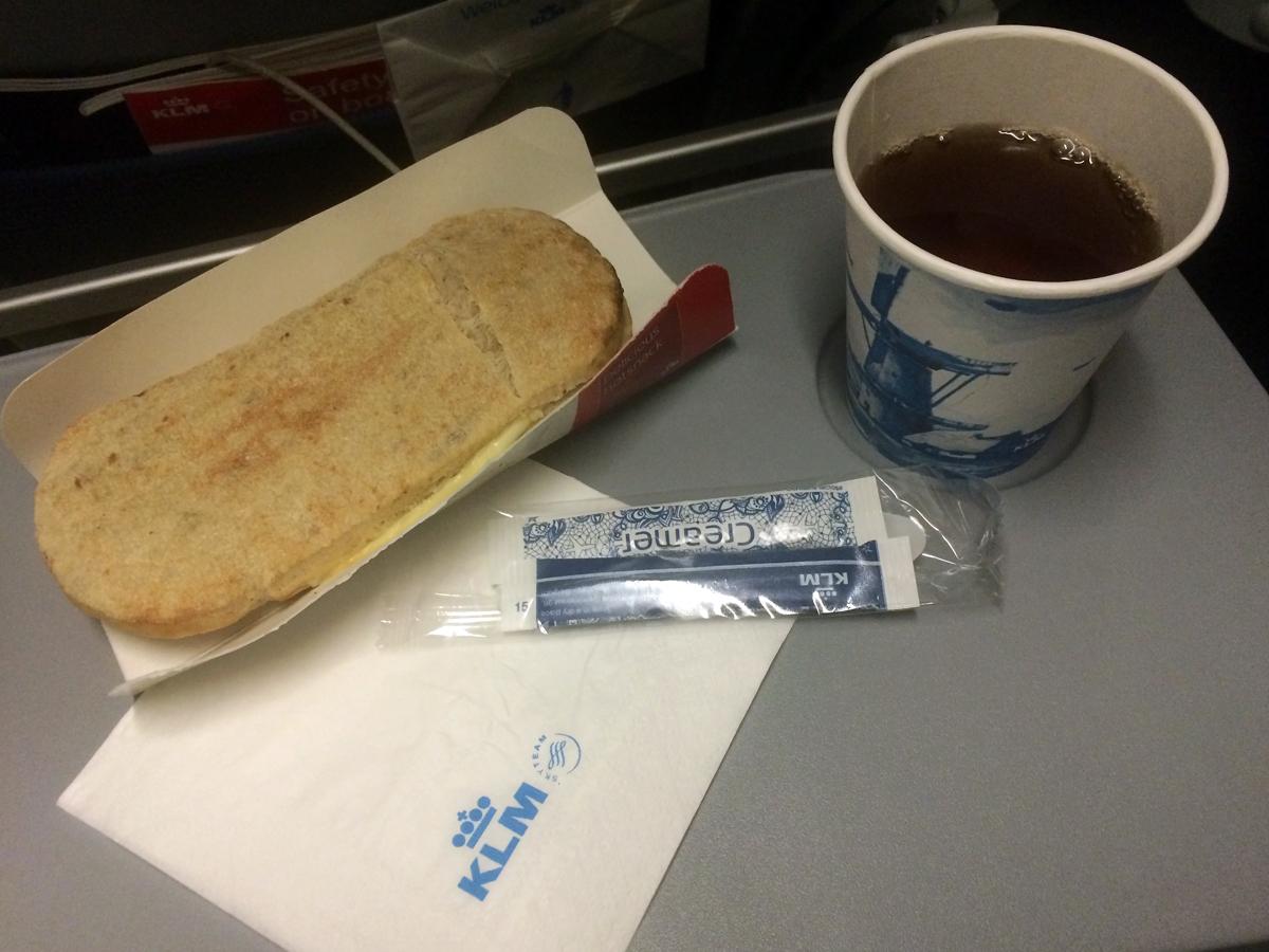 Горячий панини с яйцом и сыром на рейсе Лиссабон-Амстердам авиакомпании KLM