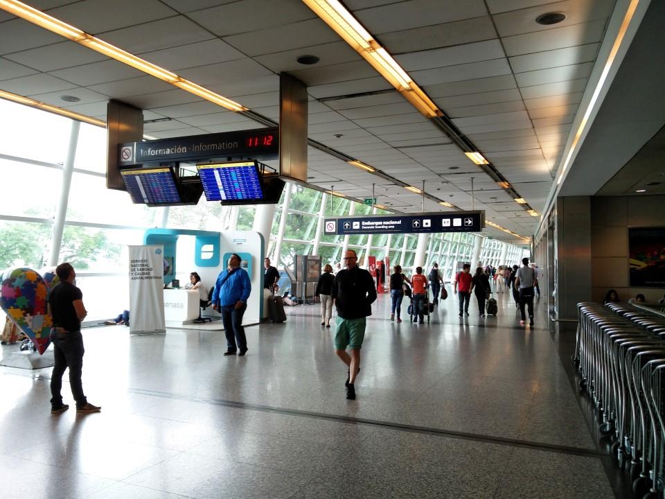 На 2-м этаже аэровокзала аэропорта Буэнос-Айрес Хорхе Ньюбери