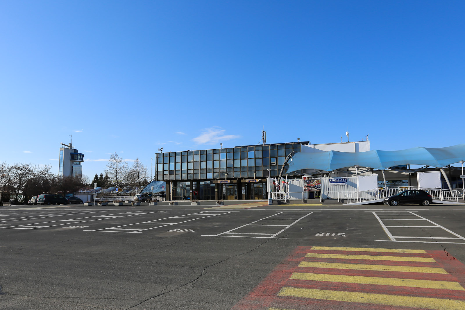 Привокзальная площадь у старого терминала аэропорта Бургас