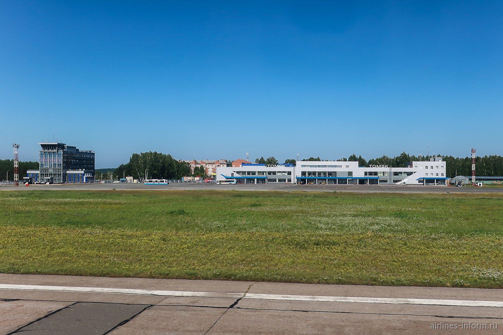 Вид на аэропорт Томск со взлетно-посадочной полосы
