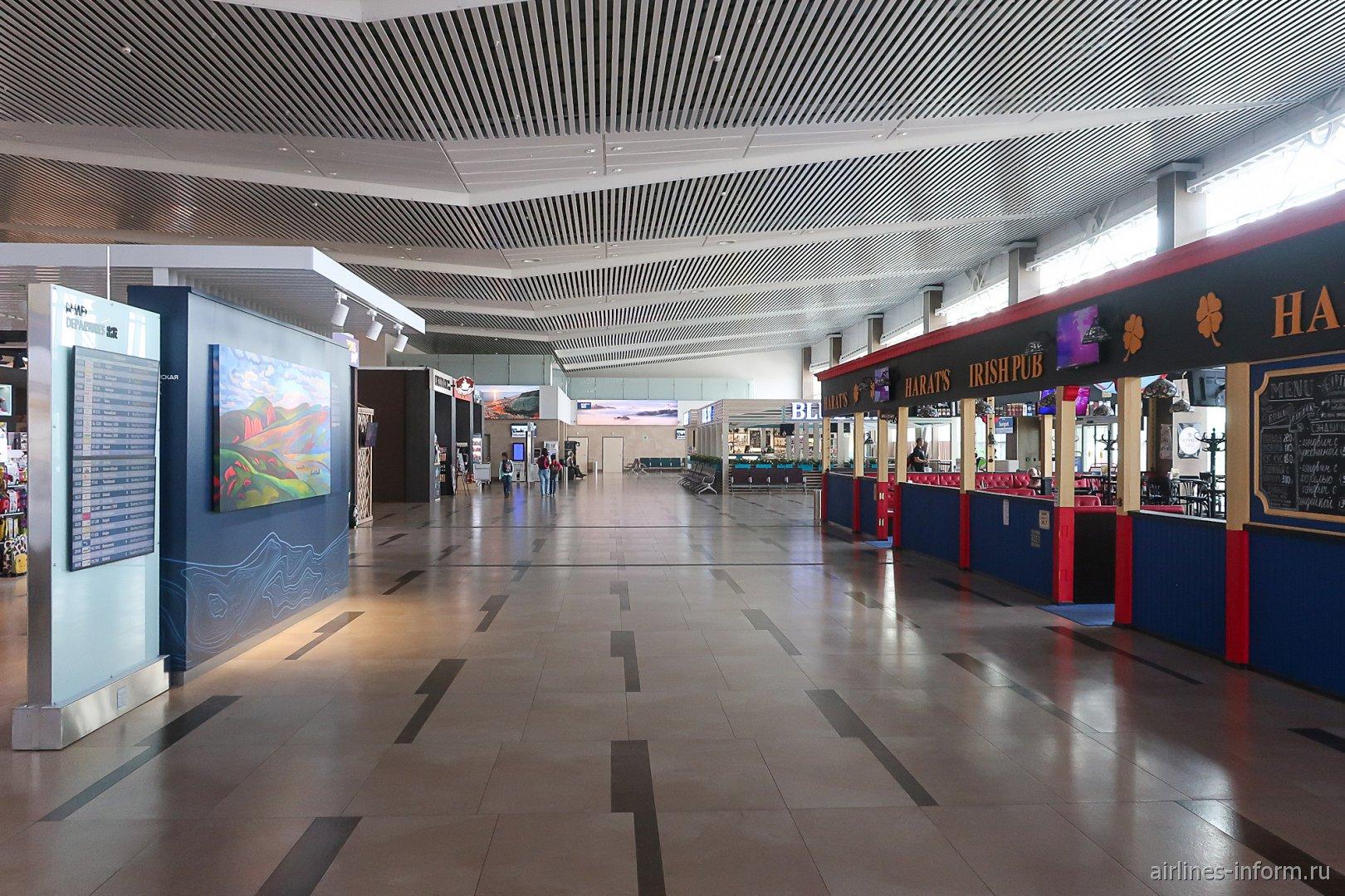 Интерьер зоны вылетов внутренних рейсов аэропорта Красноярск
